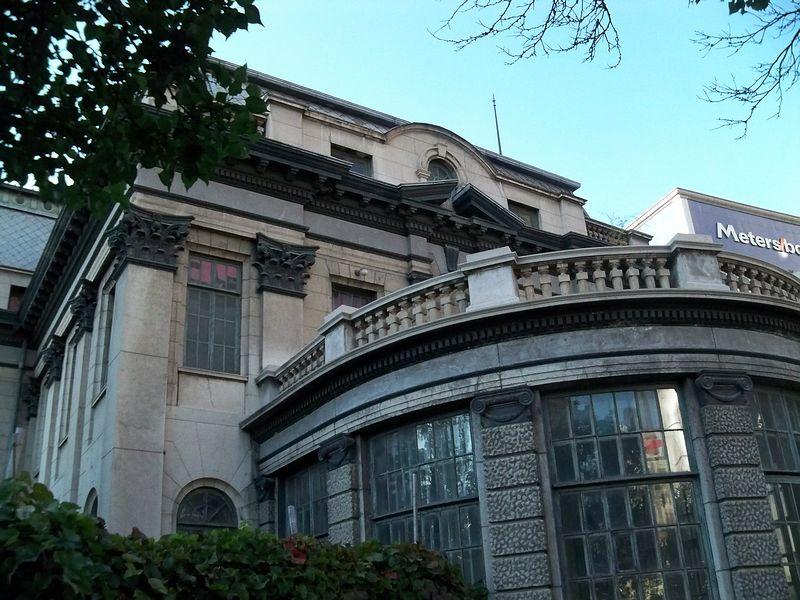 主楼右侧的半圆形花房