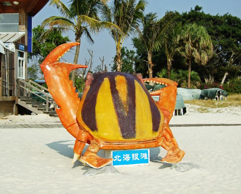 岸边还有海洋动物的雕塑,也很有意思. 大螃蟹