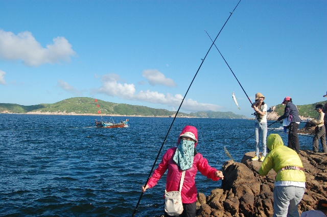 到普陀山,海面也不壮阔,大小岛礁密密麻麻,渡船似是在千岛湖中航行.