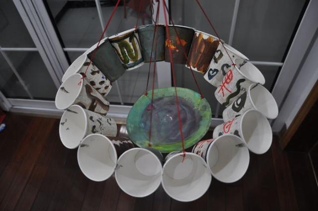 果果幼儿园很早就布置了制作灯笼的活动,此次活动还有评比。早早地果妈倒是把这件事情放在心里了,只是一拖再拖,直到发现第二天要上交时,才不得不做出实际行动了。上网查了一些环保制作灯笼的方法,发现其实也不简单。后来经过一番思考,就决定先采用NEMO妈妈去年使用过的方法,很多材料都有现成。只是稍稍做一些改动即可。这也是果妈第一次动手制作,也不知道效果会怎么样呢!当然有了NEMO妈妈的传教,以我的悟性,应该还是会不错滴