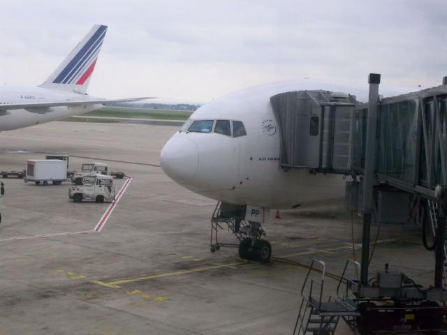 搭载我们的班机是777-200型,上飞机之前一直没有机型信息,原本希望能
