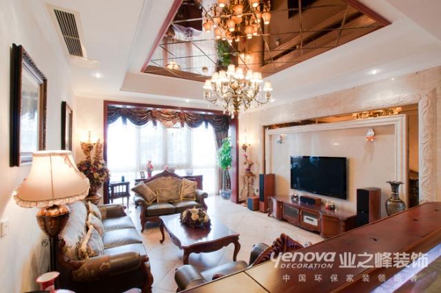 客厅中阿曼米黄大理石电视墙与浅色暗花墙纸相得益彰,浅黄色的地砖与