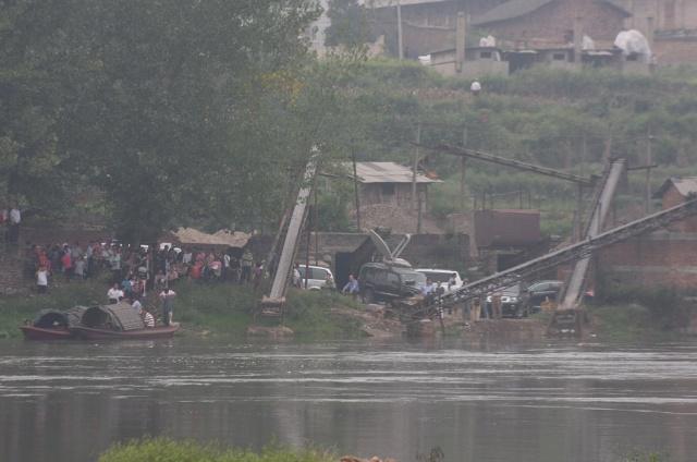 图为 湖南省邵阳县塘田市镇 沉船事故现场 救援人员