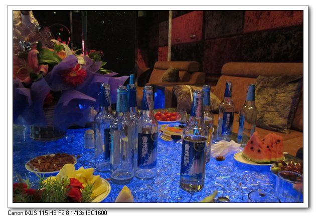 看着这一桌子的空酒瓶子,我想起了一个词汇:曲终人散.  -曲终人散