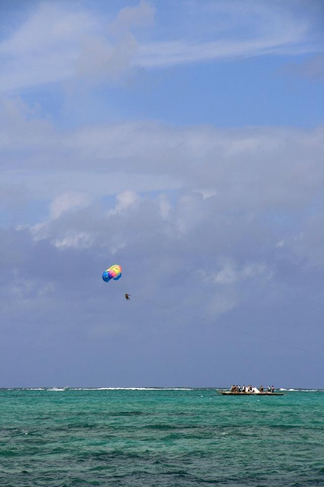 旅游资讯 出境游资讯    饭后在海边散步,光着脚踩在松软的沙滩上