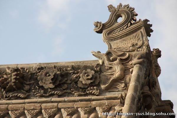 浑源释迦舍利砖塔 我在08年去浑源县看悬空寺时,住在县城的一旅馆,从房间窗户看到远处有一塔,在一片平房之中很是显眼。于是我就打听了一下就去看了这座塔。后来查了百度,得知原来这座塔名为圆觉寺释迦舍利砖塔,俗称小寺塔。砖塔附近还发现了一个寺院-永安寺。这个寺院还是国家重点文物保护单位。可惜只是在里面看看,大殿里没能进去,还没开放。寺院房顶也是琉璃装饰、砖雕也很美。浑源县城里有很多老房子。房子上有着精美的墀头、房脊也都是精美的砖雕,看来浑源县曾经也是繁华的一个地方。 释迦舍利砖塔就位于浑源县的城北,建于金正隆三