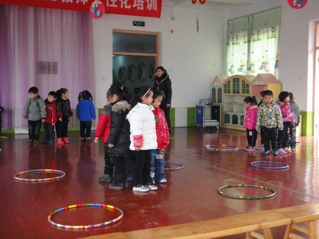 """3月13日,""""幼儿园民间游戏进校园活动""""正式启动,吴敏敏老"""