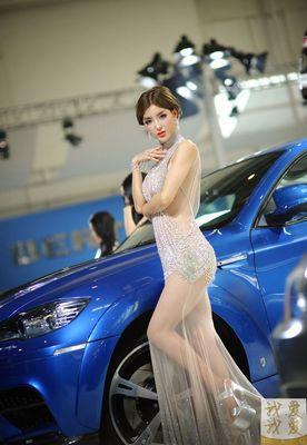 本次车展,号称最贵身价的宝马车模李颖芝身着一件过亿钻石齐p小短裙