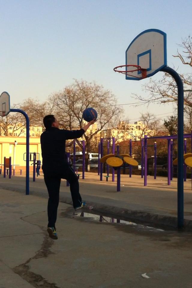 本人打球上篮的背影2(3张)