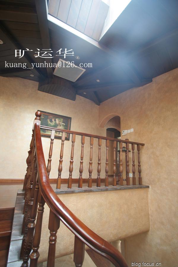 楼梯间木质的吊顶